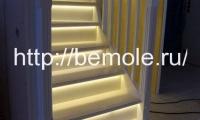 Белая лестница с подсветкой